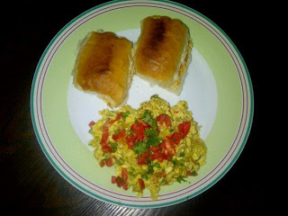 Akuri (Parsi-style, spicy scrambled eggs) with Pao
